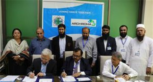 Mujtaba Rahim, CEO of Archroma Pakistan Limited, and Prof. Dr. Mohammad Aslam Uqaili, Vice Chancellor of Mehran University of Engineering & Technology signing documents of the Memorandum of Understanding signed at a ceremony held in Jamshoro, Pakistan.